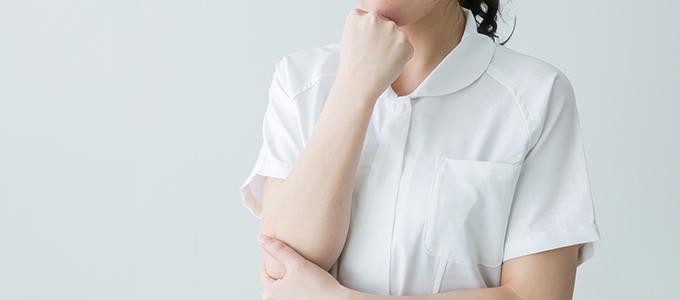 白衣の透けに悩む女性
